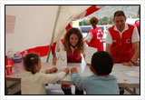 Psicólogos de Cruz Roja realizando actividades de apoyo psicosocial con niños.