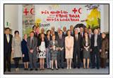 S.M. la Reina Doña Sofía y el Presidente de Cruz Roja Española con los condecorados del Día Mundial de Cruz Roja 2011.