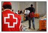 Voluntarios almacenando y distribuyendo alimentos.