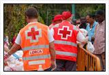 Voluntarios de Cruz Roja repartiendo alimentos