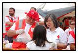 Voluntarios de Cruz Roja distribuyendo alimentos en los primeros momentos de la emergencia
