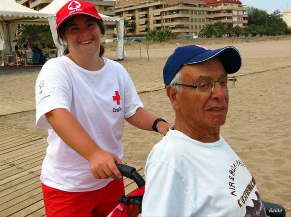 Baño Adaptado Cruz Roja:Cristina en la playa apoyando en el proyecto de Baño Adaptado