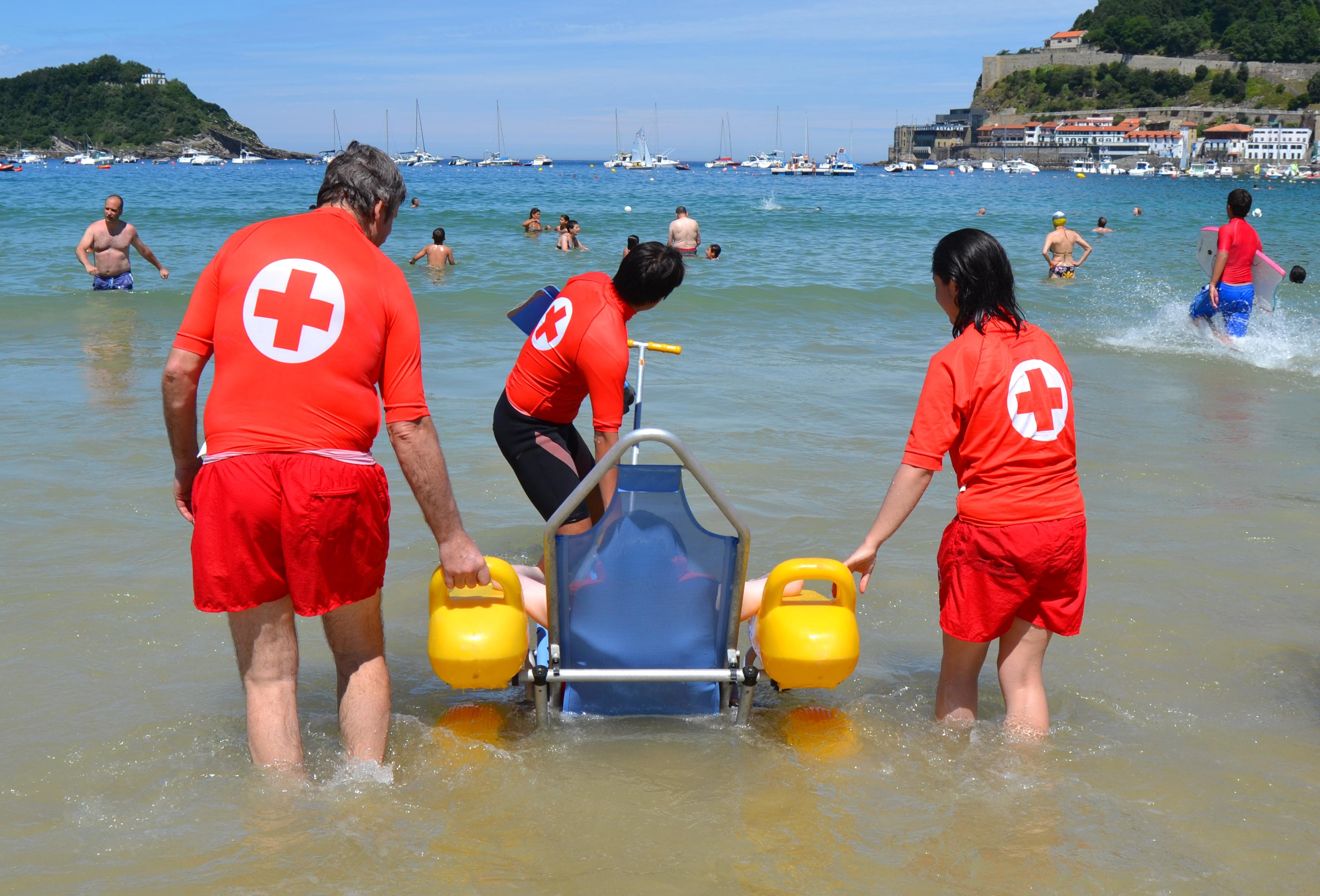 Pepita vuelve a bañarse en el mar con la ayuda de Cruz Roja #CadaVeranoCercadeTi